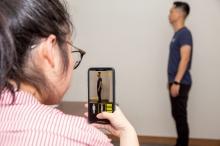 用户只需使用预载有关应用程序的手机,拍摄人像的正面及侧面,即可取代过往繁复的三维扫瞄程序。