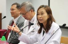 中大医学院病理解剖及细胞学系教授吴香玲教授(右)解释,CAR-T细胞治疗是透过基因技术令原本无法辨别癌症的T细胞,在其表面出现如雷达般的受体。当带有受体的T细胞被输回患者体内,就可精准锁定兼杀灭癌细胞。