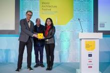 中大建築學院副教授Peter W. Ferretto教授 (左) 及廣州大學建築與城市規劃學院副教授蔡凌教授 (右) 於阿姆斯特丹舉行的世界建築節領取獎項。(相片來源:世界建築節)
