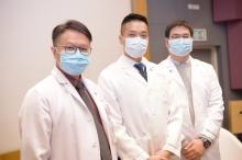 为及时就「2019新型冠状病毒疫情」控制提出有效建议,中大医学院正进行多项研究,当中包括不同社区研究分析,如市民的风险认知、心理行为反应,以及流行病学分析等。(左起)中大医学院内科及药物治疗学系系主任许树昌教授、中大医学院赛马会公共卫生及基层医疗学院副院长黄仰山教授及助理教授郭健安教授。