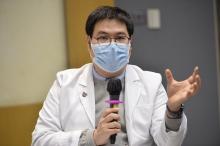 郭健安教授建议,倘若有更多感染源头不明的个案出现,政府或需考虑进一步暂停公共服务或关闭商场等措施,减低交叉感染的机会。