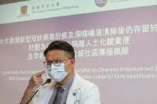 许树昌教授解释,带新型冠状病毒的粪便可以污染环境,其他人有机会因接触受污染的环境后触摸眼或口鼻,让病毒入侵黏膜而受感染。