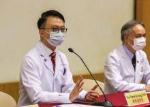 陈家亮教授(左)指出,肠道健康主宰人体的免疫能力,透过找出肠道细菌的理想组合,并维持肠道微生态的平衡,可以提升免疫力对抗病毒和细菌,是对抗新冠肺炎的一个崭新方向。