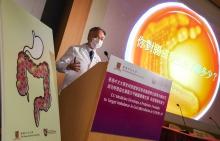 陈基湘教授表示,中大医学院是次发表的研究为全球首次发现新冠肺炎病人患有严重的肠道微生态失衡,包括致病菌增加,而能抑制病毒入侵的益菌数量却减少。