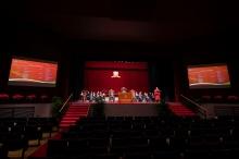 大會頒授525個各科博士學位