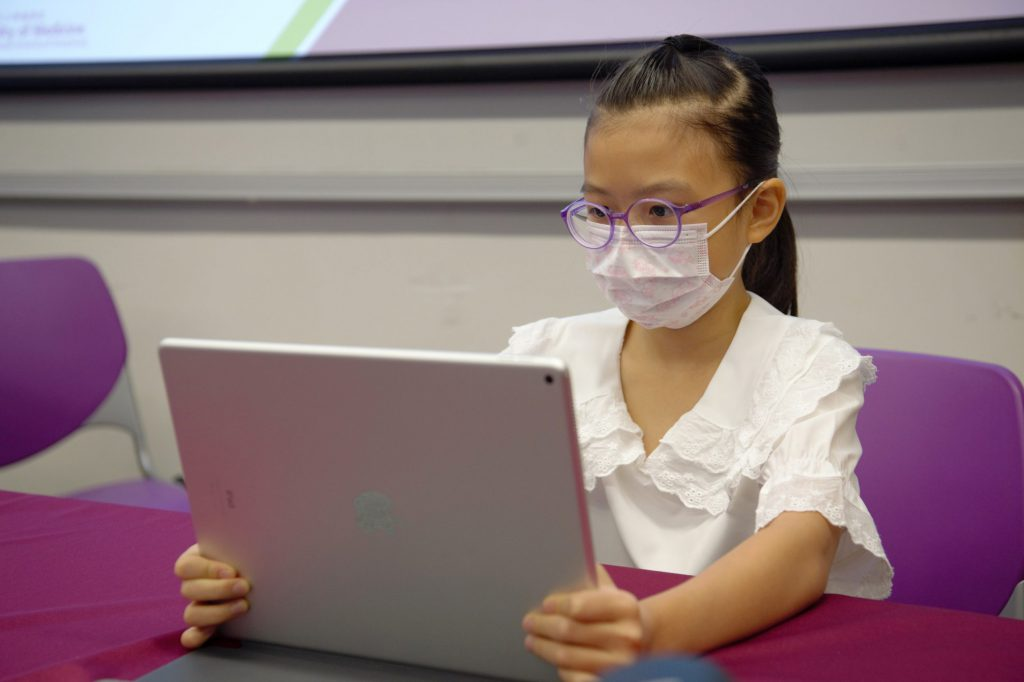 CU Medicine team suggests schoolchildren should develop healthy habits for using digital devices, like taking a 30-second rest after looking at the screen for 30 minutes. And they are recommended to increase outdoor time to 2 hours per day or 14 hours per week.