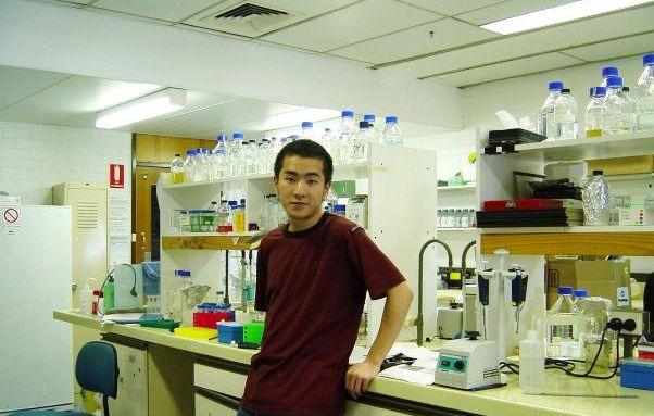 葉教授在大學二年級參與學生研究計劃時, 攝於Campbell教授的實驗室內。