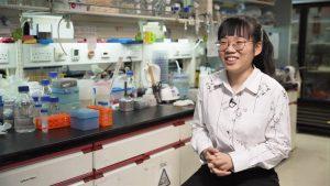 中大生物化學四年級生蕭垚靚憑着對科學的熱誠,榮獲「2020/21滙豐海外獎學金」及「利黃瑤璧千禧獎學金」。她於訪問中毫不掩飾自己對科學研究的熱愛,一提起自己在大學生涯的科學學習歷程,表現雀躍。