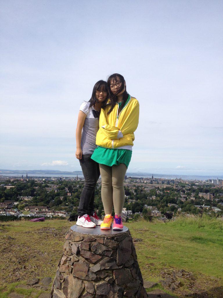 博菁(圖右)與朋友到英國愛丁堡遊玩
