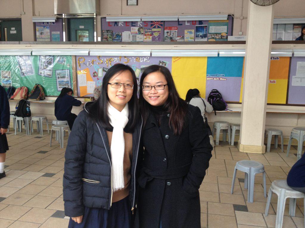 博菁(圖左) 2014年擔任實習老師,與藍秋蘭老師合照。
