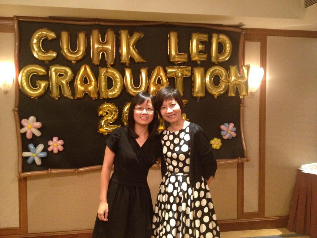 博菁(圖左)於畢業聚餐時與鄧麗瑤教授合照