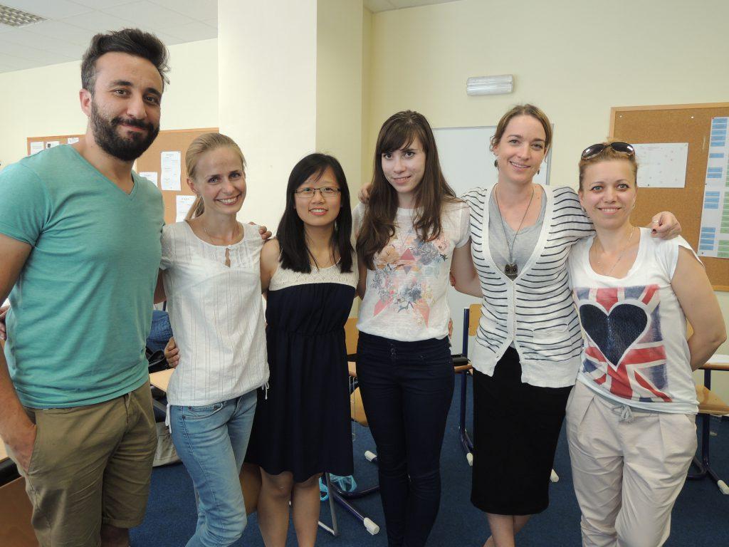 博菁(左三)與修讀CELTA的同學合照