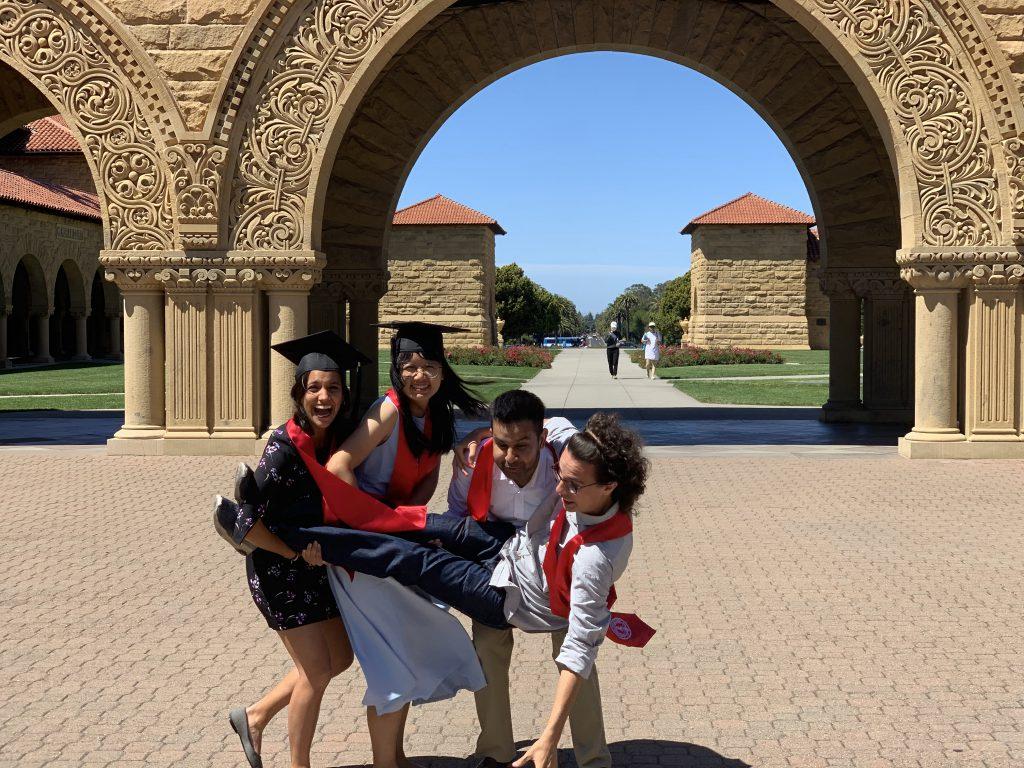 博菁(左二)在史丹福大學認識了來自世界各地的朋友
