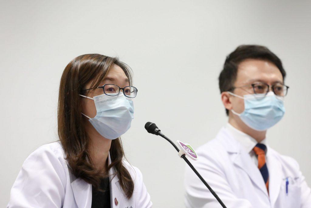 麥詠欣醫生(左)表示,期望透過招募500名接種新冠肺炎疫苗人士進行臨床研究,以了解「微生態免疫力配方」如何提升接種疫苗的安全和成效。