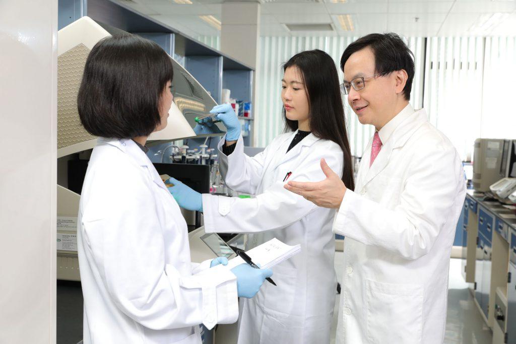 (右一) 在所長盧煜明教授的帶領下,李嘉誠健康科學研究所現已成為區內生物醫學研究的旗艦,成就了多項對全球影響深遠的重大發現和發明。