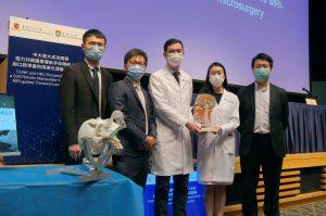 中大和港大最近成功研發了一套「軟體機械人系統」,在進行治療頭頸癌的微創手術過程中,系統可配合磁力共振圖像導航,經口腔釋放激光消融頭頸癌腫瘤。<br /> 左起:港大工程學院機械工程系博士生方格先生、副教授郭嘉威博士、中大醫學院耳鼻咽喉 – 頭頸外科學系副教授陳英權醫生、名譽臨床導師陳寶玲醫生,以及港大牙醫學院牙科物質學副教授徐傑漢博士。