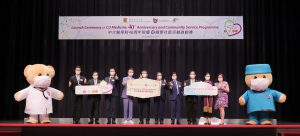 CU Medicine announces a series of celebratory activities at the 40th Anniversary Launch Ceremony. The officiating guests of the Ceremony include Professor Rocky TUAN, Vice-Chancellor and President of CUHK (5th from left); Professor Francis CHAN, Dean of CU Medicine (4th from left) and Professor Philip CHIU, Chairman of the 40th Anniversary Organising Committee (4th from right).