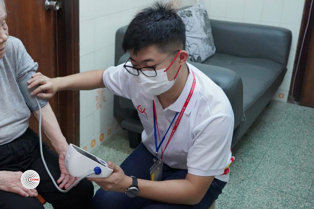 Students visit the elderly under the Community Health Outreach programme organised by the Collaborating Centre for Oxford University and CUHK for Disaster and Medical Humanitarian Response (CCOUC) at CU Medicine.
