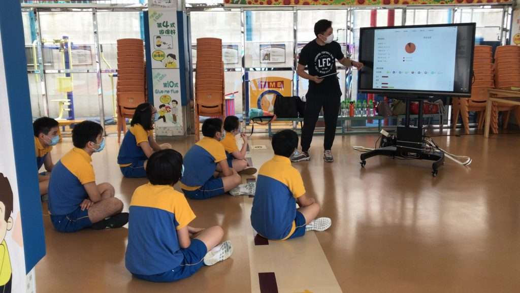 體育教師透過心率監測系統及互動電子白板監察學童的實時體力活動水平。
