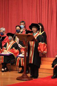 Professor NG Yuet-lau delivers an acceptance speech.