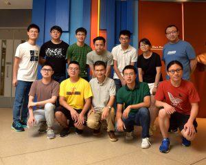 吳藝林教授(前排中)及其研究團隊成員