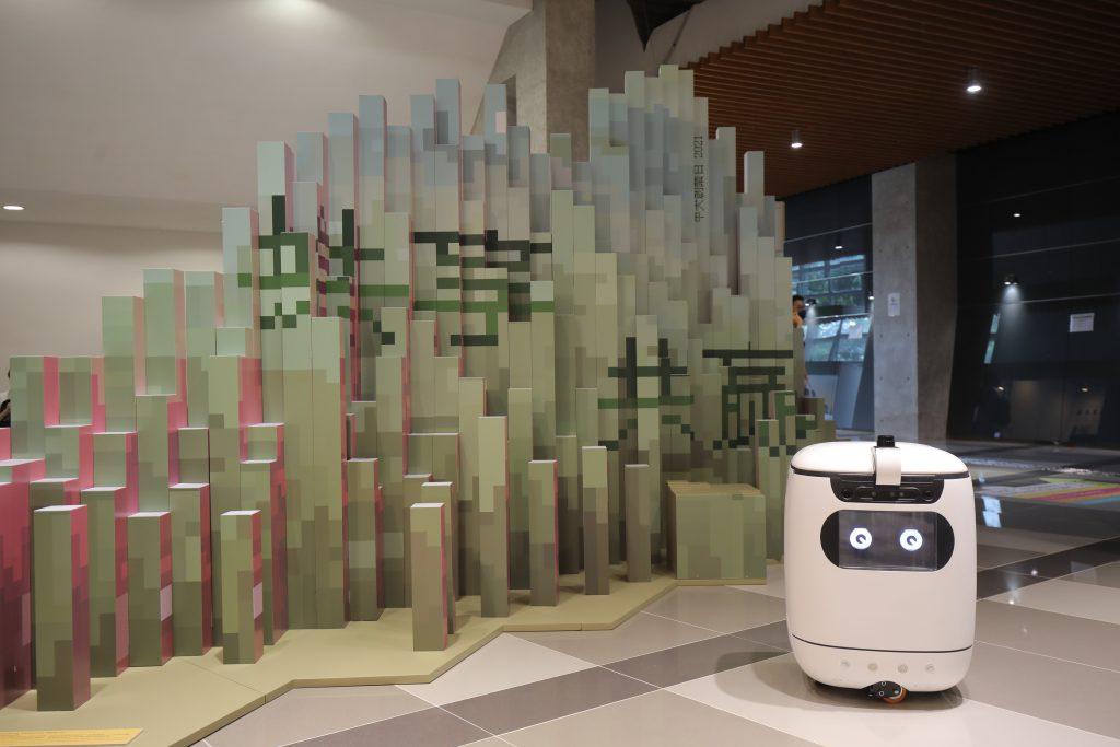 中大建築學院黃澤源校友創作的立體藝術裝置於「中大創業日」展出。作品以中大山景為靈感將山脈形態融入設計,從兩側可見「創新創業」及「共享共贏」的活動標語。