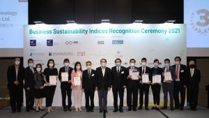 Mr. Christopher Hui Ching-yu, JP, Secretary for Financial Services and the Treasury of the Hong Kong Government (middle); Prof. Rocky Tuan, Vice-Chancellor and President of CUHK (7th from the right); and Prof. Lin Zhou, Dean of CUHK Business School (2nd from the right), presented recognition certificates to representatives from the Top 10 companies of the five business sustainability indices.