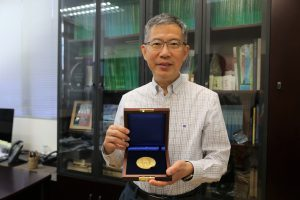 楊偉豪教授獲頒授IEEE查德•漢明獎章。