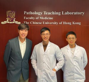中大病理解剖及細胞學系博士生鍾一琿(中)和碩士生陳金坤(右),在鄧銘權教授(左)的指導下成功研發出一種基於嗜中性顆粒細胞的新型抗癌免疫療法 S3KO-TAN。
