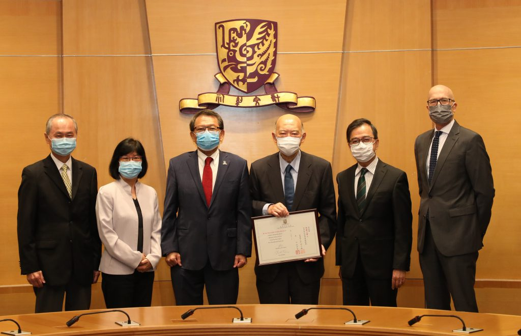 (From 3rd left) Professor Rocky S. Tuan, Vice-Chancellor and President of CUHK, Dr. the Honourable Geoffrey Ma, (From 1st left) Professor Fok Tai Fai and Professor Sham Mai Har, Pro-Vice-Chancellors of CUHK, (From 2nd right) Professor Alan K.L. Chan, Provost of CUHK, and Professor Lutz-Christian Wolff, Dean of Law.