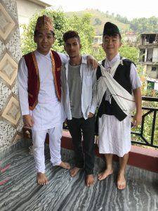 謝淮賢(左一)在尼泊爾的孤兒院義教,並穿著當地的傳統服飾。