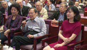 楊振寧教授在清華大學會場致辭。