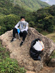 劉燦裕在郊外收集廢物