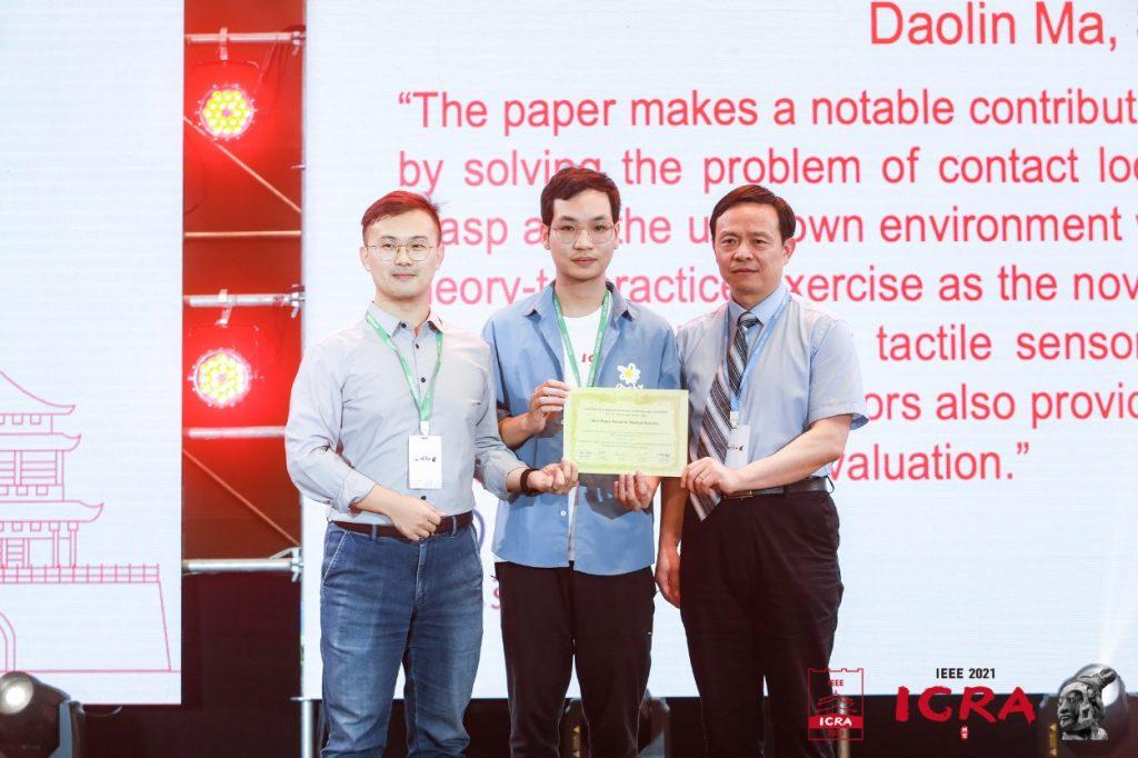 兩位參與研究員(左一及二)代表團隊於國際會議上領獎。